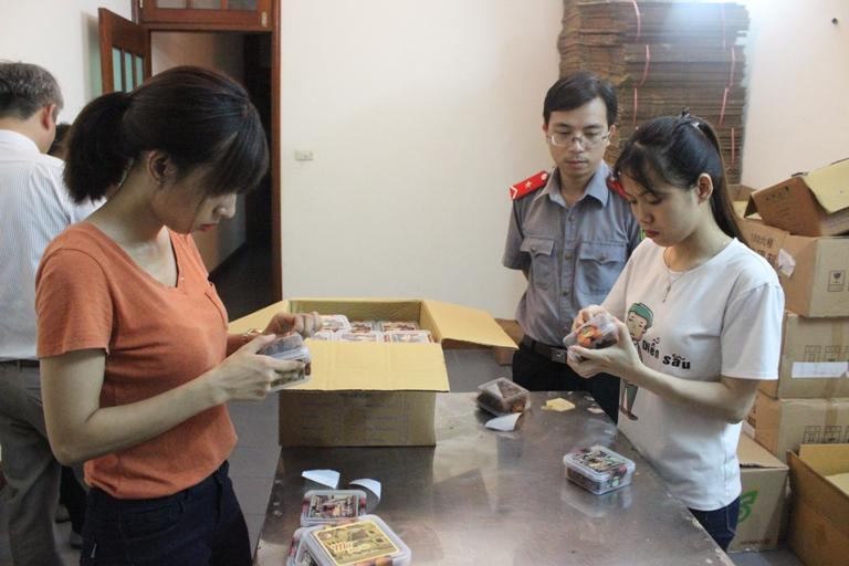 Buộc cơ sở sản xuất thực phẩm dán lại nhãn hàng hóa theo quy định ATTP - ảnh 1