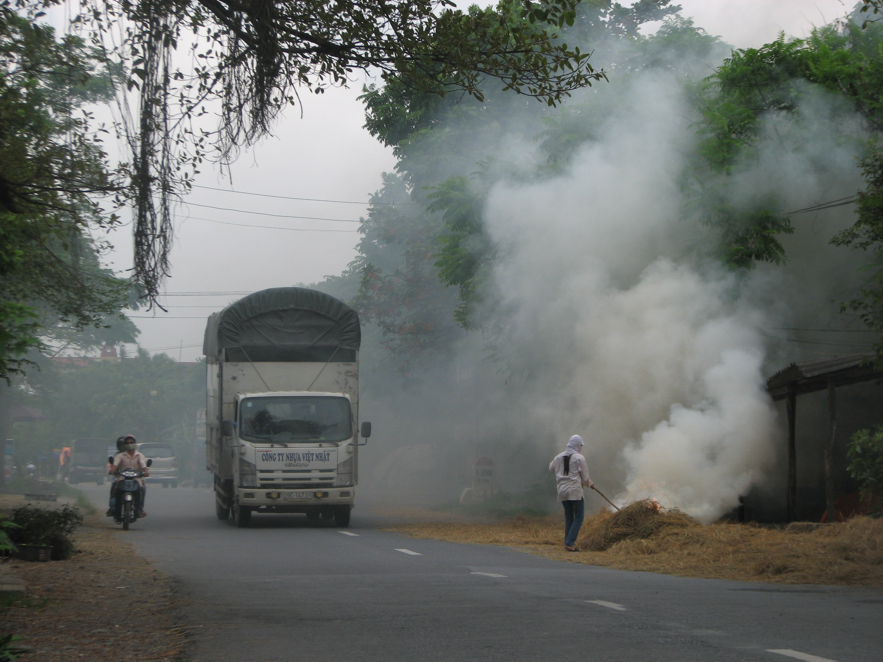 viet nam air pollution Vietnam is has been facing a combination of air, water, and solid waste pollution the land, polluted by american chemical warfare after the vietnam war, is now suitable for farming, but water.