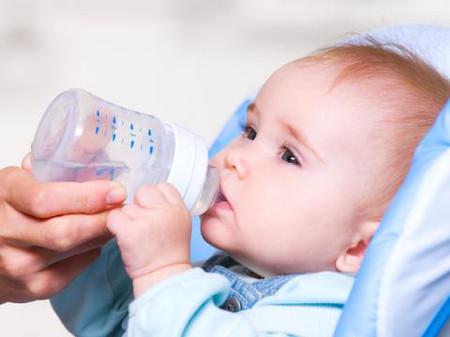 Chăm sóc trẻ sơ sinh bằng việc cung cấp đủ nước cho bé