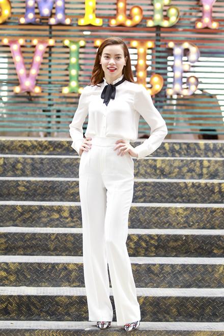 Sáng 29/3, Hồ Ngọc Hà tham gia một sự kiện của một đồng nghiệp. Cô thu hút sự chú ý khi diện cả 'cây trắng'