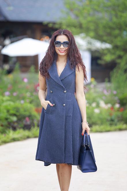 Bên cạnh sắc trắng của Hồ Ngọc Hà và Kỳ Duyên, cựu người mẫu Thúy Hằng duyên dáng khi kết hợp váy chấm bi xanh-trắng với túi xách cùng tông