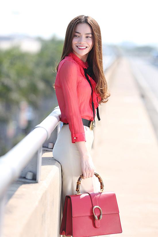 Người đẹp nổi bật ở một góc sân bay với trang phục đơn giản nhưng rất rực rỡ và nụ cười tươi tắn.