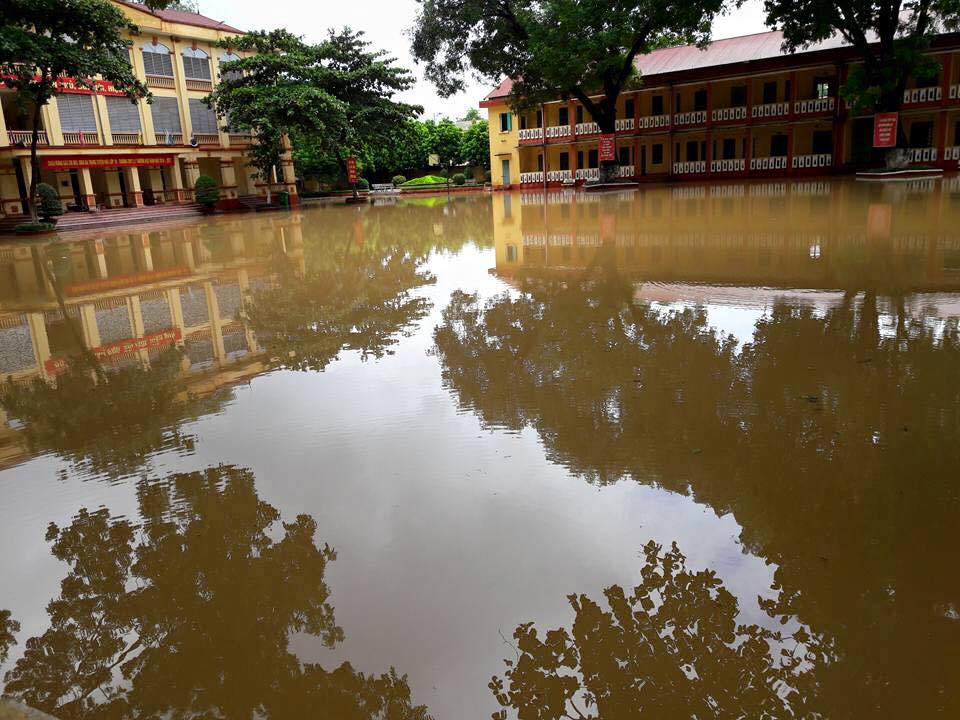 Trường THPT Lý Thường Kiệt Yên Bái ngập trong biển nước. Ảnh Facebook THPT Lý Thường Kiệt, Yên Bái