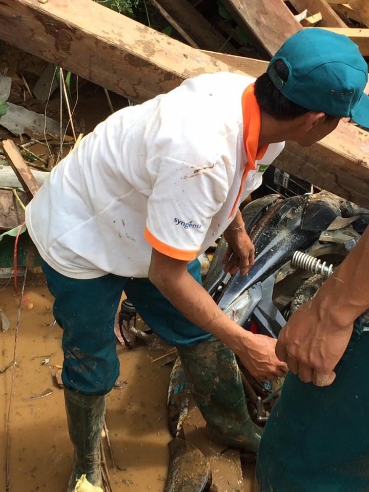 Chiếc xe máy của người dân cũng bị vùi trong đống đổ nát của ngôi nhà. Ảnh Facebook Duy Phung