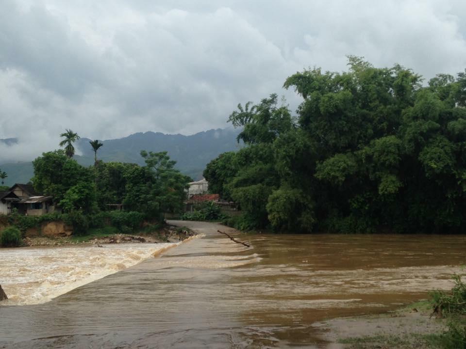 Tại Xã Phù Nham - huyện Văn Chấn con đường bị lũ tràn qua khiến người dân không dám qua đường. Ảnh Facebook Yên Bái 24H