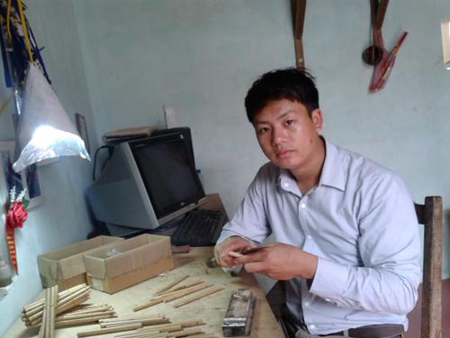 Hiện số lượng công nhân của anh lên đến 20 người, và có hơn 200 cửa hàng nhận bán bút tre của anh. Ảnh Ngọc Lan