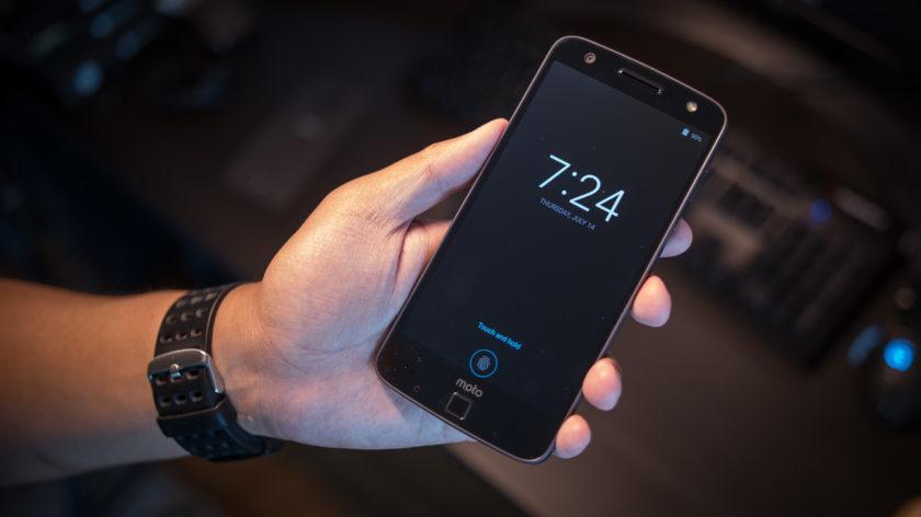 Chiếc smartphone Moto Z Force Droid đi kèm với rất nhiều tính năng độc đáo mà đối thủ không có bao gồm: Moto Mods để người dùng có thể bổ sung thêm máy chiếu pico để trình chiếu một bộ phim, tài liệu … ở bất cứ nơi nào hoặc loa ngoài mạnh mẽ mà không cần loa Bluetooth riêng biệt, thậm chí có thể bổ sung thêm viên pin dung lượng 2200 mAh cho máy khi cần. Màn hình 5,5 inch độ phân giải 2K, chip Snapdragon 820 và RAM 4GB tương đương.