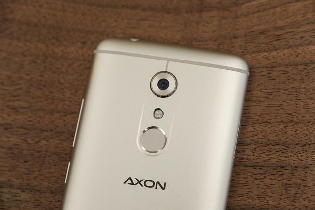 cấu hình của Axon 7 hoàn toàn không hề thua kém những chiếc smartphone cao cấp đầu bảng khác hiện na. Tương tự như OnePlus 3 hay Note 7 máy cũng sử dụng chip xử lý Snapdragon 820, cảm biến vân tay, nhưng bộ nhớ RAM lên tới 6GB.
