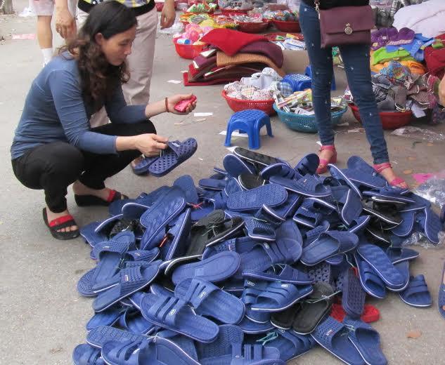 Giày dép Trung Quốc đổ đống
