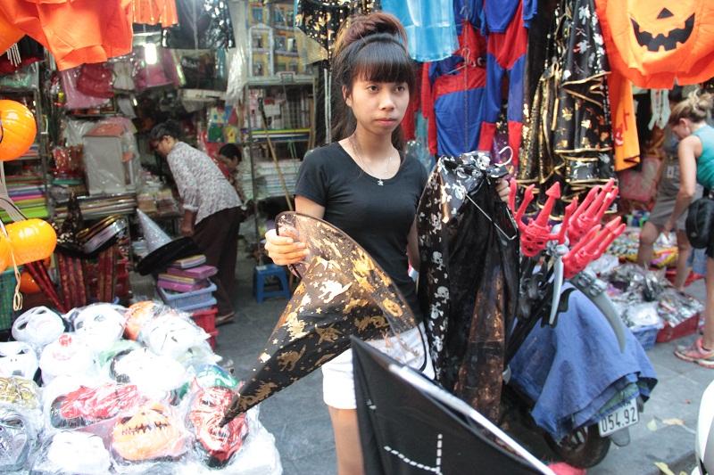 Một bộ trang phục phù thủy Halloween có giá 150.000 đồng bao gồm cả mũ và mặt nạ