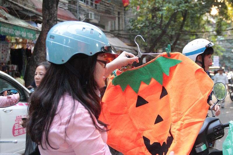 Trang phục bí ngô Halloween có giá 70.000 đồng/bộ