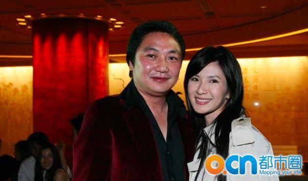 Cô kết hôn với doanh nhân Indonesia Nurdian Cuaca năm 20 tuổi.  Tuy nhiên, cặp đôi ly dị sau 15 năm chung sống