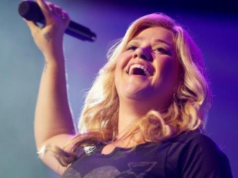 Kelly Clarkson, một trong những ca sĩ hát ca khúc