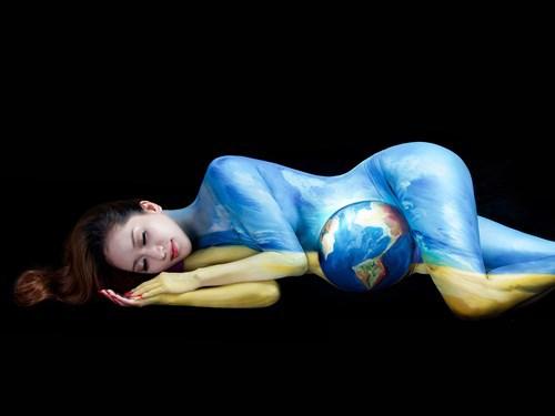 Khánh Thi làm người mẫu cho những tác phẩm body art