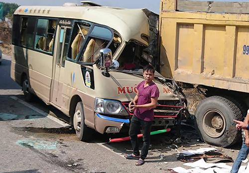 Hà Nội: Đâm vào đuôi xe tải, tài xế xe khách tử vong
