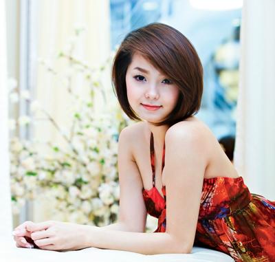 Minh Hằng trông nữ tính duyên dáng với kiểu tóc ngắn ôm thẳng mặt