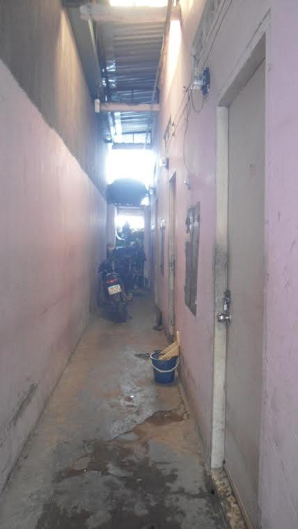 Dãy phòng trọ ẩm thấp ở Gò Vấp, nơi sản xuất kem tắm trắng