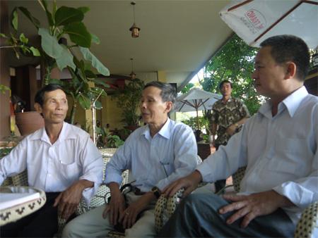 CCB Đinh Đoàn (ngoài cùng bên trái) và các đồng đội.