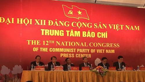 Ông Đinh Thế Huynh, Ủy viên Bộ Chính trị, Trưởng ban Tuyên giáo trung ương và lãnh đạo các ban, bộ đã chủ trì buổi họp báo quốc tế trước Đại hội Đảng XII.