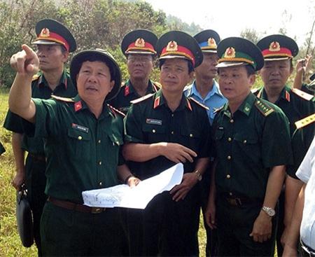 Trung tướng Nguyễn Quốc Khánh kiểm tra thực địa vị trí an táng.