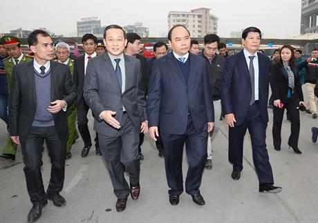 Phó Thủ tướng Nguyễn Xuân Phúc kiểm tra công tác vận tải hành khách Tết Nguyên đán 2015 tại bến xe Mỹ Đình.