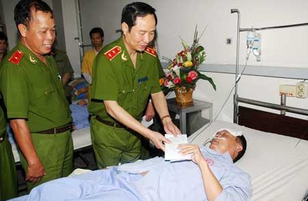Trung tướng Phạm Quý Ngọ, Ủy viên TW Đảng, Thứ trưởng Bộ Công an thăm và tặng quà hai đồng chí Công an huyện Đông Triều (Quảng Ninh).
