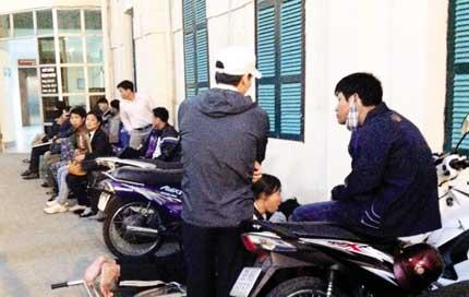 Phó Thủ tướng đội mũ trắng, đến thăm bệnh viện Việt Đức