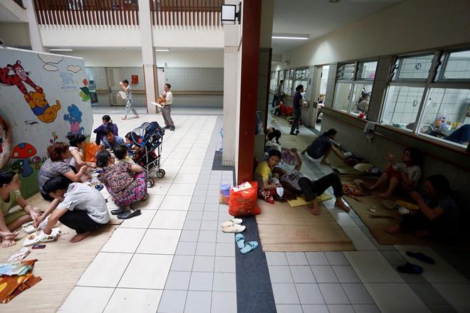 Bệnh nhi sởi cùng người nhà vạ vật ở hành lang bệnh viện