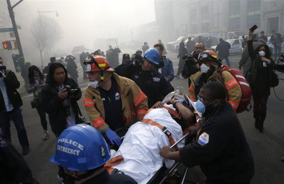 Lực lượng cứu hộ đưa người bị thương đến bệnh viện