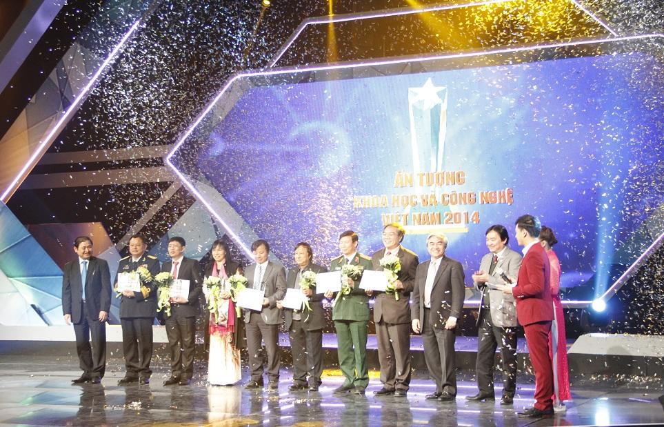 Ủy viên Trung ương Đảng, Bộ trương Nguyễn Quân; Ông Phan Xuân Dũng - Chủ nhiệm Ủy ban khoa học công nghệ và Môi trường Quốc hội và lãnh đạo Đài truyền hình Việt Nam trao hoa và phần thưởng cho các nhà khoa học được bình chọn vào sự kiện Ấn tượng khoa học và công nghệ Việt Nam năm 2014