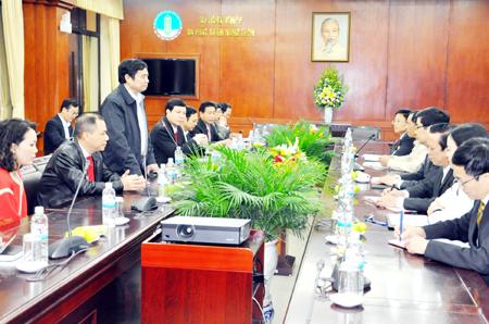 Tỷ phú Phạm Nhật Vượng phát biểu tại cuộc họp ở Quảng Ninh