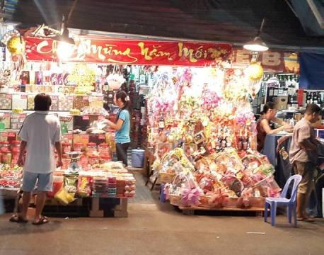 Một cửa hàng bán bánh kẹo, mứt để thành từng túi nilon lớn trên đường Nguyễn Hữu Cầu.