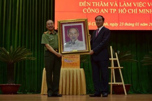 Chủ tịch nước Trần Đại Quang tặng quà lưu niệm cho Công an TP.HCM