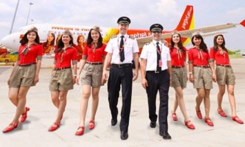 Các tiếp viên và cơ trưởng, cơ phó của hãng hàng không Vietjet Air. Ảnh có tính minh họa