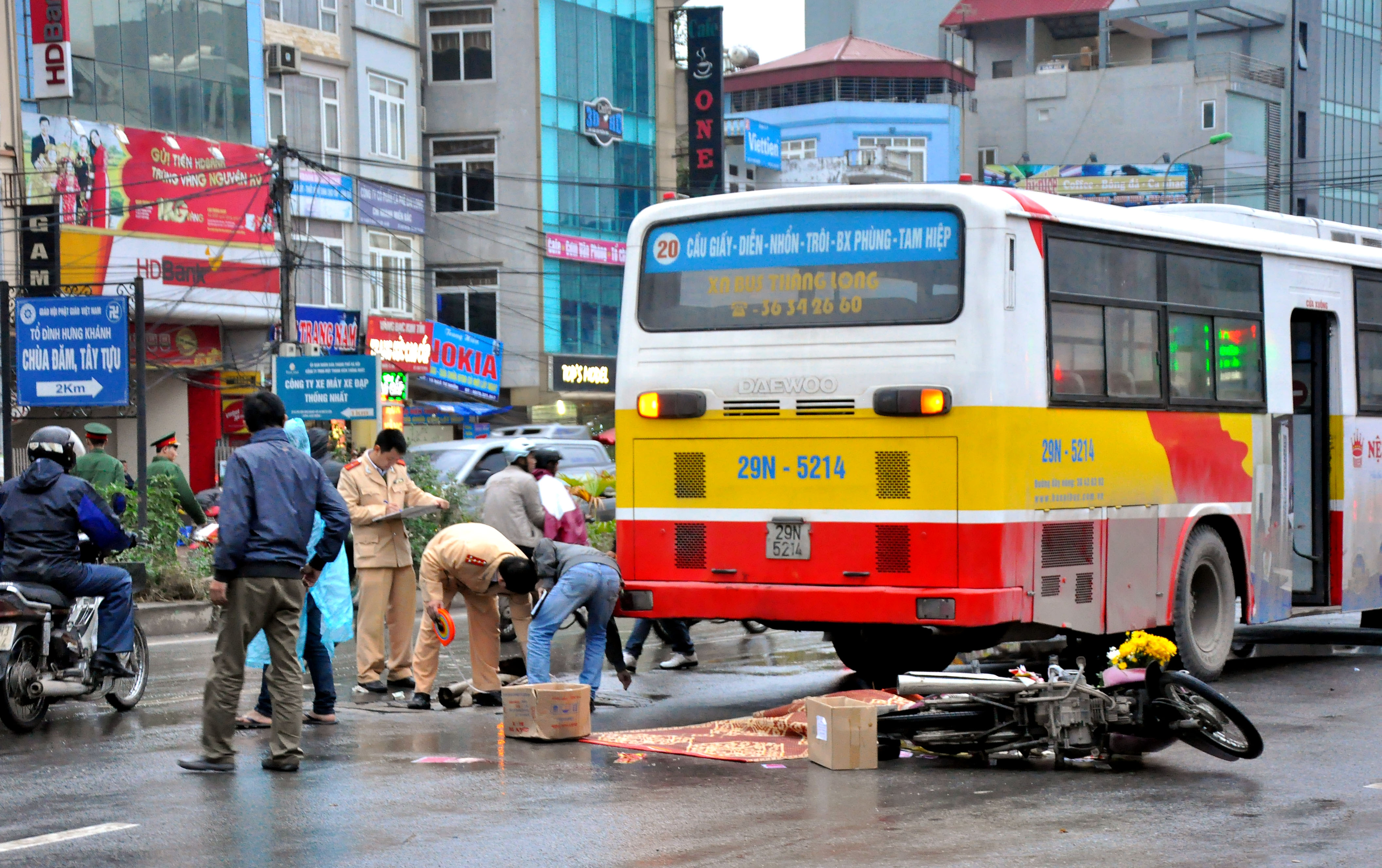 Xe buýt gây tai nạn