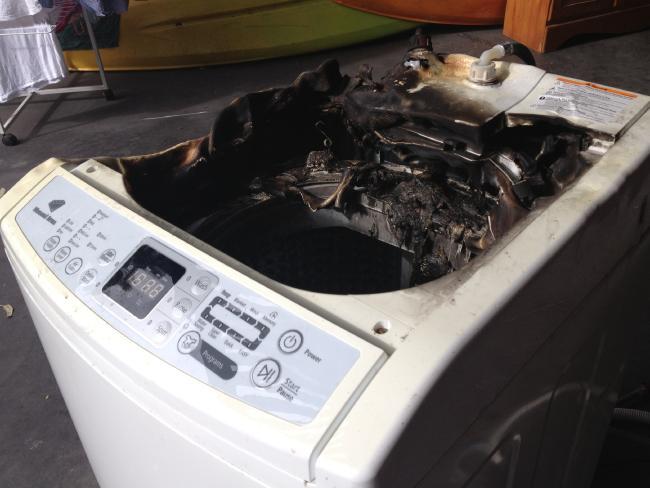 Chiếc máy giặt cháy đen sau khi phát nổ
