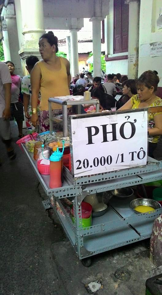 Phở các loại 20.000 đồng/tô được treo bảng giá rõ ràng, cụ thể.
