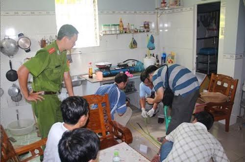 Cơ quan công an khám nghiệm hiện trường vụ án mạng ở An Giang