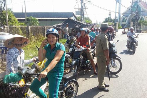 Người dân hiếu kì tụ tập bên ngoài biệt thự nơi xảy ra nghi án giết người mới nhất ở Tiền Giang