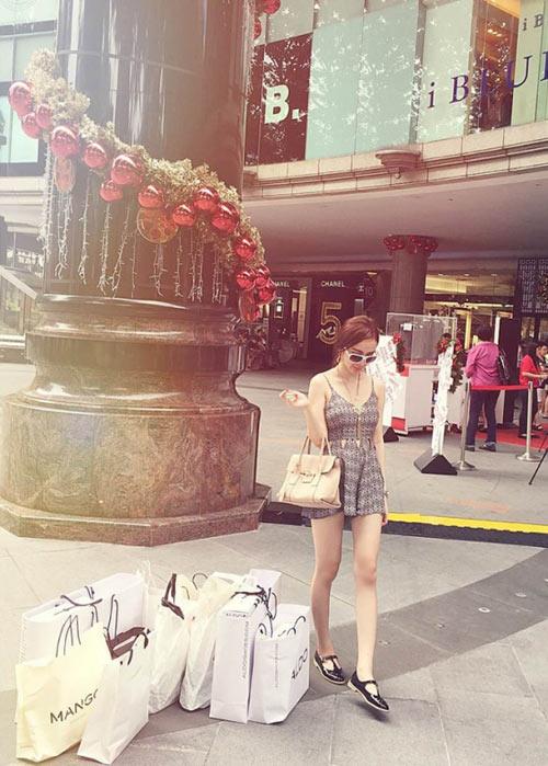 Angela Phương Trinh khiến bạn trai 'phát hoảng' vì mê đồ hiệu