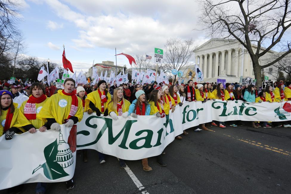 Hàng ngàn người tham gia vào việc chống phá thai 'cuộc sống  tháng ba'qua việc xây dựng Tòa án Tối cao ở Washington ngày 22 tháng 1, năm 2015. Mọi người  tham gia vào cuộc diễu hành hàng năm lần thứ 42 để phản đối phán quyết năm 1973 về phá thai phá thai tại Roe v. Wade. REUTERS / Jonathan Ernst