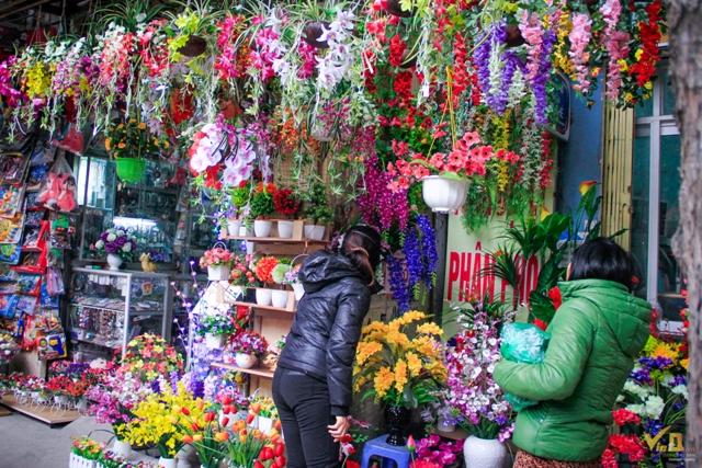 Không chỉ nhưng chậu hòa thật được bày bán, mà tại đây cũng có nhiều của hàng cung cấp cả các loại hoa giả cho người tiêu dùng lựa chọn, giá mỗi lãng hoa giải từ 30.000 - 200.000/lãng tùy loại