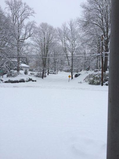 Một con đường ở Stamford đang chờ đợi sự xuất hiện của chiếc xe dọn dẹp tuyết.