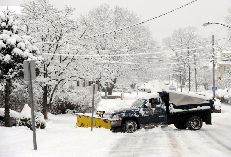 Một người lái chiếc xe gạt tuyết  về phố Cleveland ở Danbury
