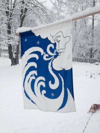 Một khu dân cư tổ chức kỉ niệm sự xuất hiện của bão tuyết bằng  cách treo một lá cờ có hình ông già tuyết  bên ngoài nhà mình.