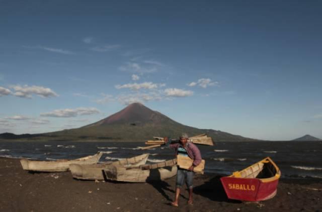 Một ngư dân dời đến thị trấn Puerto Momotombo sau khi đánh bắt cá trong Xolotlan Lake, ở phía trước của núi lửa Momotombo.