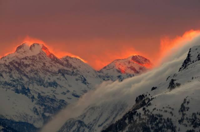 Hình ảnh hoàng hôn chiếu sáng các đỉnh núi của dãy núi gần khu nghỉ mát  Thụy Sĩ của St. Moritz.
