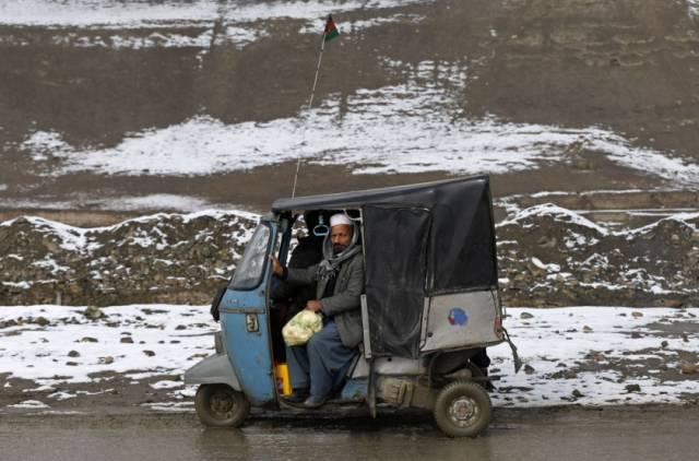 Người đàn ông Afghanistan đi trên một chiếc  xe ôm, được gọi là 'reksha' vào một ngày lạnh ở Kabul.