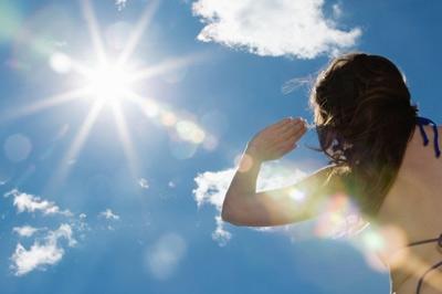 Tắm nắng khiến da phải tiếp nhận nhiều tia UV