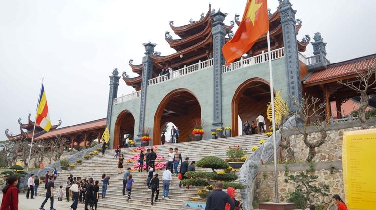 Chùa Ba Vàng có nơi thờ Tam bảo và trống độc mộc được công nhận là lớn nhất Việt Nam. Hệ thống tượng pháp trong chùa làm bằng gỗ có cũng có kích thước lớn như tượng Tam thế, Quan âm, ông Thiện, ông Ác… đều cao từ trên 2m trở lên. Trong đó, pho tượng A Di Đà là một trong những tượng Phật bằng gỗ vào loại lớn nhất miền Bắc.